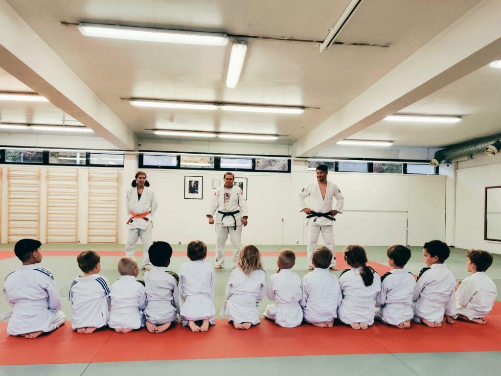 Judo-ohjaajat opettavat lapsia Muksujudossa